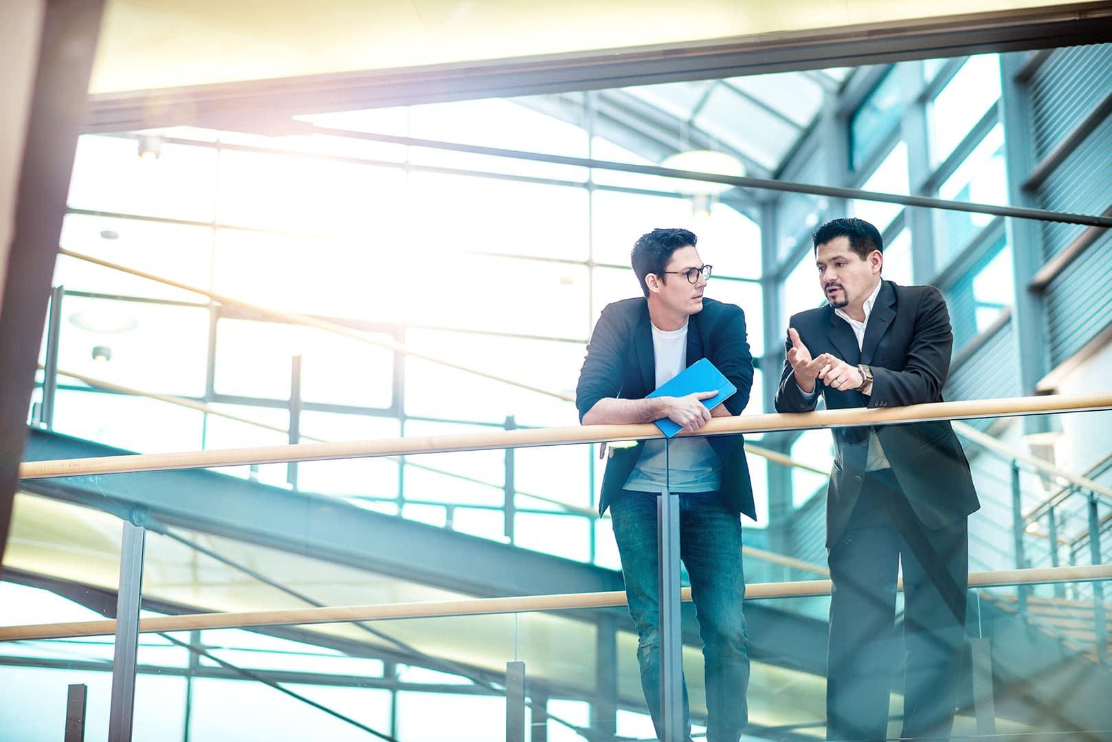zwei Männer konzentriert bei Meeting in einem Foyer, Fokussiert, stolz
