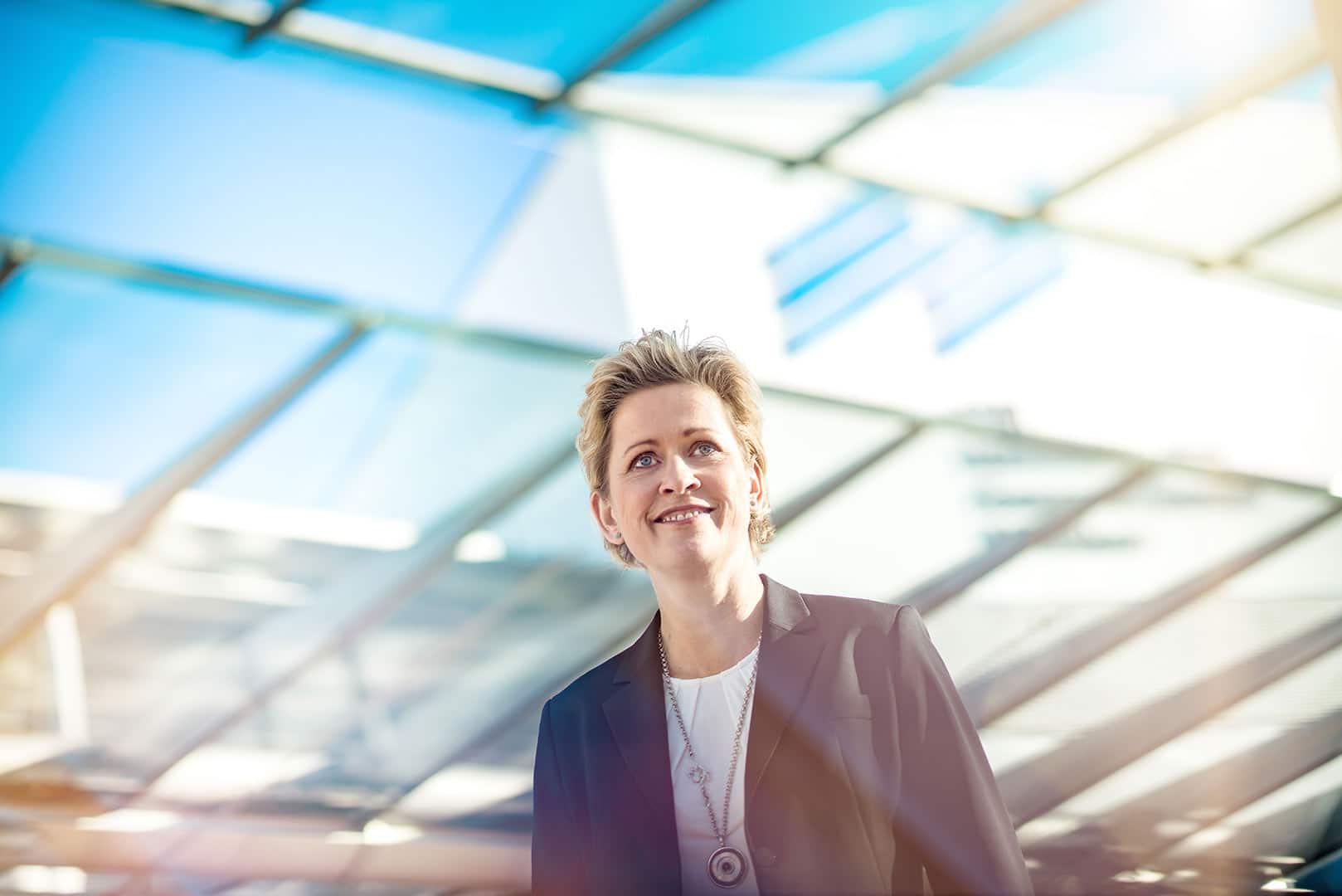 zuversichtlich Businessfrau im Sonnenlicht draussen
