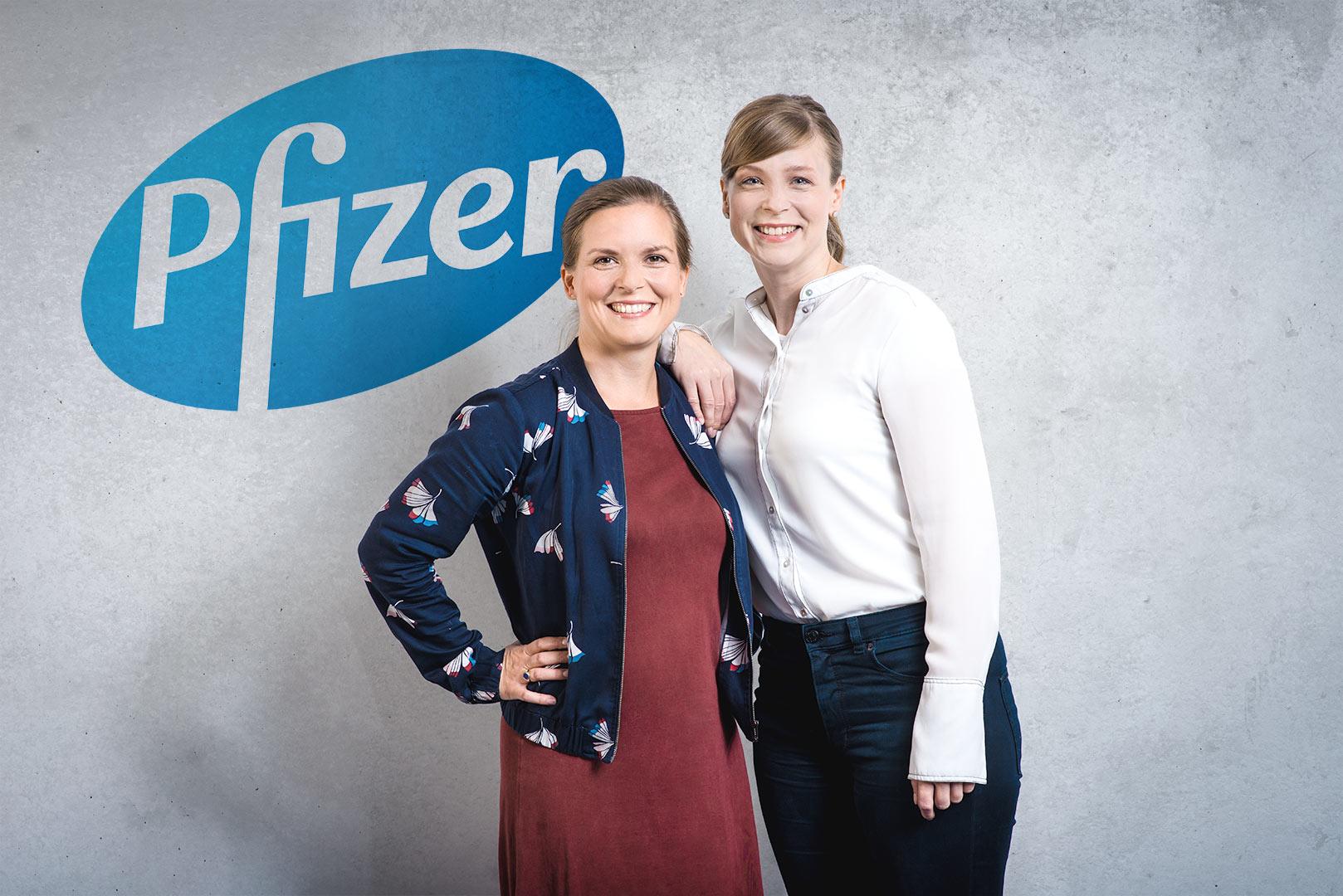 authentische Mitarbeiterportraits, zwei Mitarbeiterinnen eines Pharmaunternehmens, Lachen, entspannt
