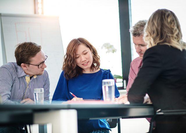 Business Meeting, sonnige Atmosphäre, Männer, Frauen, Gruppe, Asiatisch, Europäisch