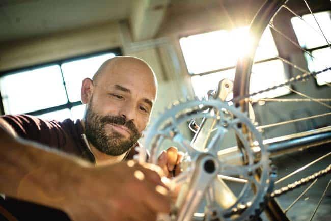 Mein Moment Mann repariert Fahrrad Retrostyle Vintage Sonne Gegenlicht Loft