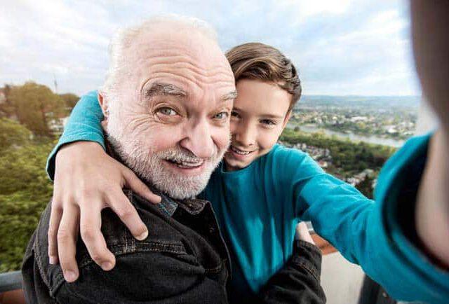 Opa und Enkel Selfie an der Elbe Loschwitz Freude ausgelassen Fernsehturm