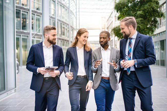 Business Gruppe laufen diskutieren lachen Freude vertraut Zuversicht Unternehmensfotografie Businessfotografie