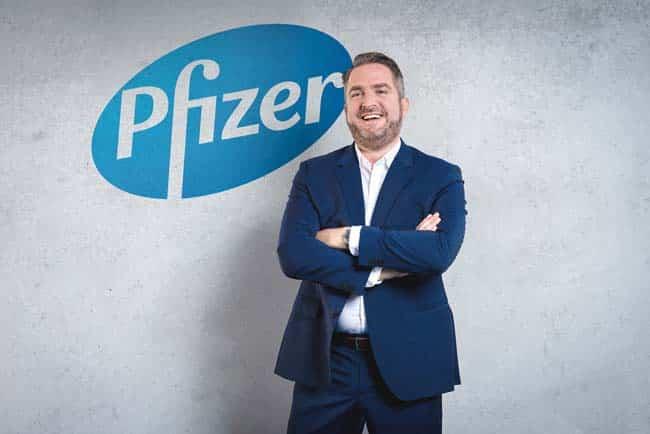 Portrait von Businessmann vor Wand Freisteller Logo Employer Branding Anzug Lachen zuversichtlich