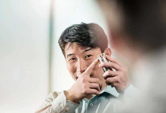 Business Mann mit Werkzeug in der Hand fokussiert Zuversicht hell Werbung Businessfotografie