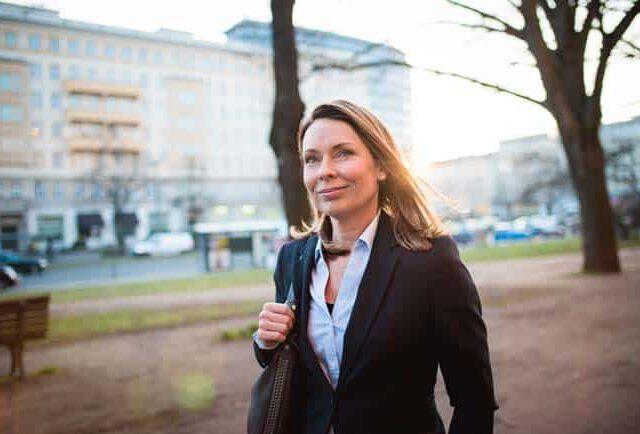 Frau in urbaner Umgebung Zuversicht Zufriedenheit Sonnenaufgang Berlin Lifestyle