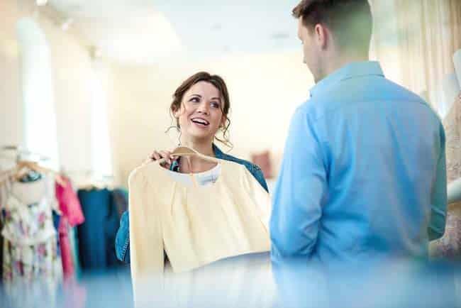 Frau und Mann beim Shoppen voller Freude Liebe Boutique Kleider hell strahlend