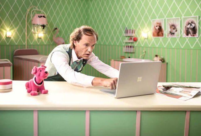 Testimonial Comedian Olaf Schubert für Microsoft Office 365 Hundesalon Hundefriseur Werbefotografie Studiofotografie verrückt Surface Pro