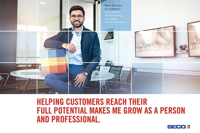 SECO-Employer-Branding-Kampagne-Mann-in-Meetingraum-schaut-zuversichtlich