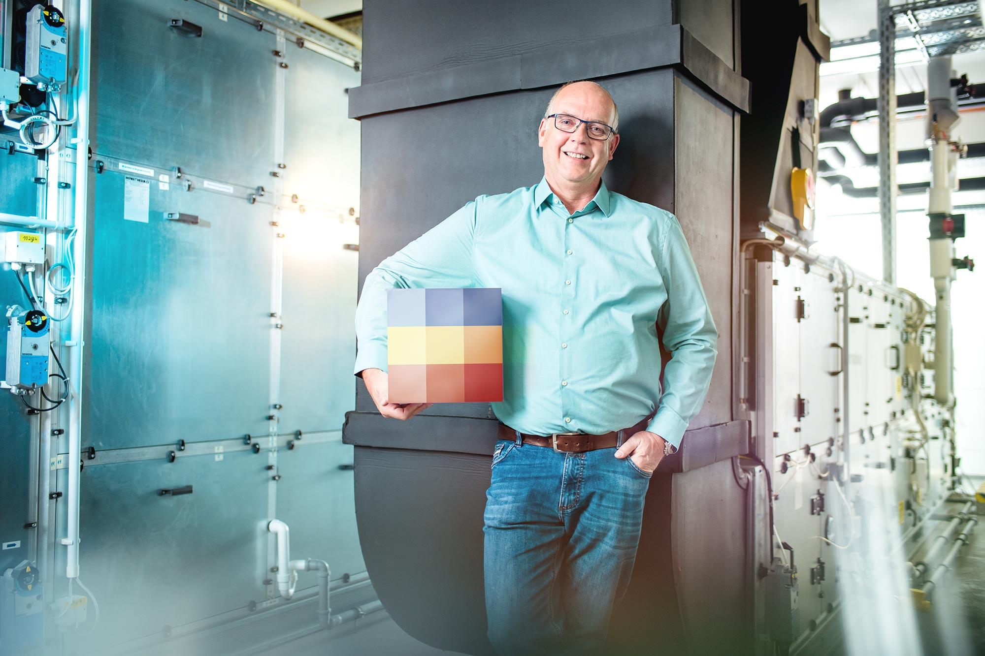 SECO TOOLS Employer Branding Kampagne Mann steht im Haustechnikraum und schaut zuversichtlich und selbstbewusst