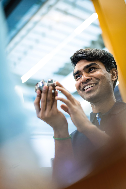 SECO-TOOLS-Global Communication Mitarbeiter zeigt neues Werkzeug voller Stolz und Freude in der Produktion