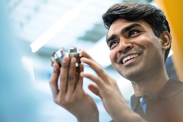 SECO-TOOLS-Global-Communication-Mitarbeiter-zeigt-stolz-und-voller-Freude-neues-Werkzeug-in-der-Produktion