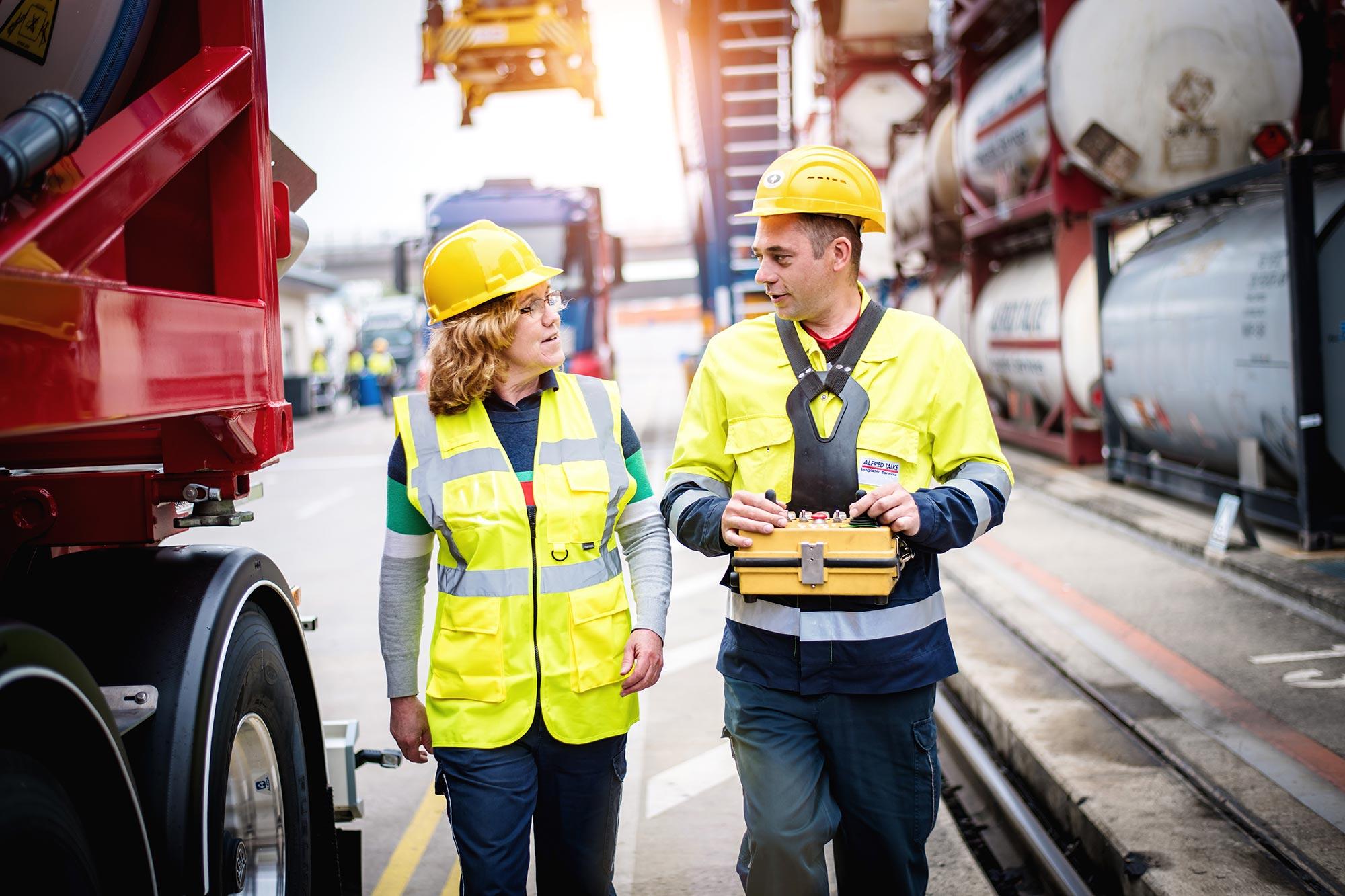 Talke Logistics Mitarbeiter Motive LKW Fahrerin vor ihrem Truck im Gespräch mit Kollegen freundlich zuversichtlich professionell Truckerin