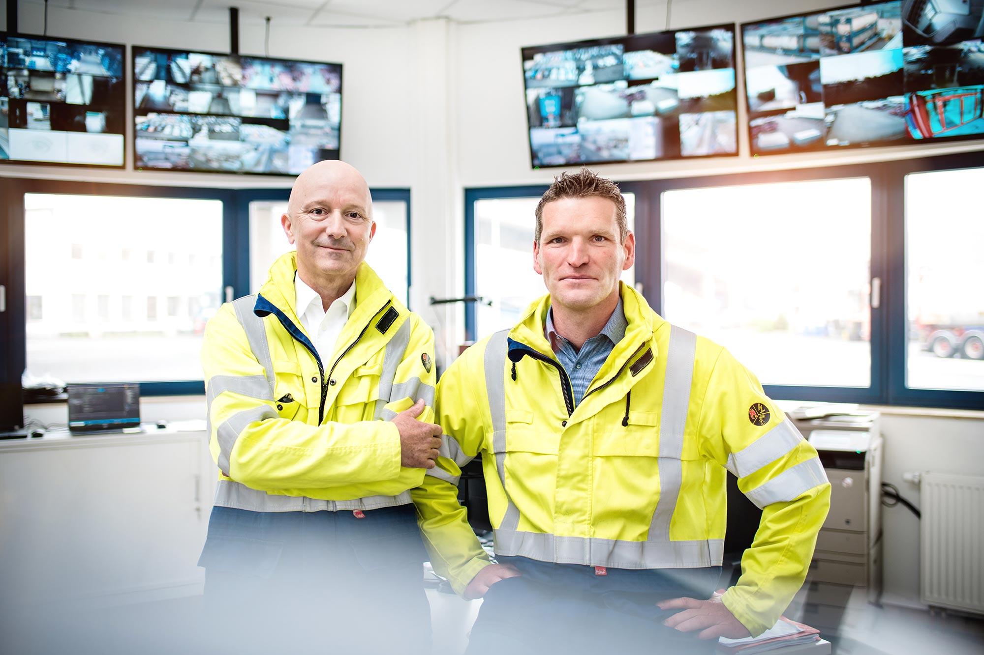 Talke Logistics Mitarbeiter Motive Sicherheitsleute in Kontrollraum auf Betriebshof freundlich professionell