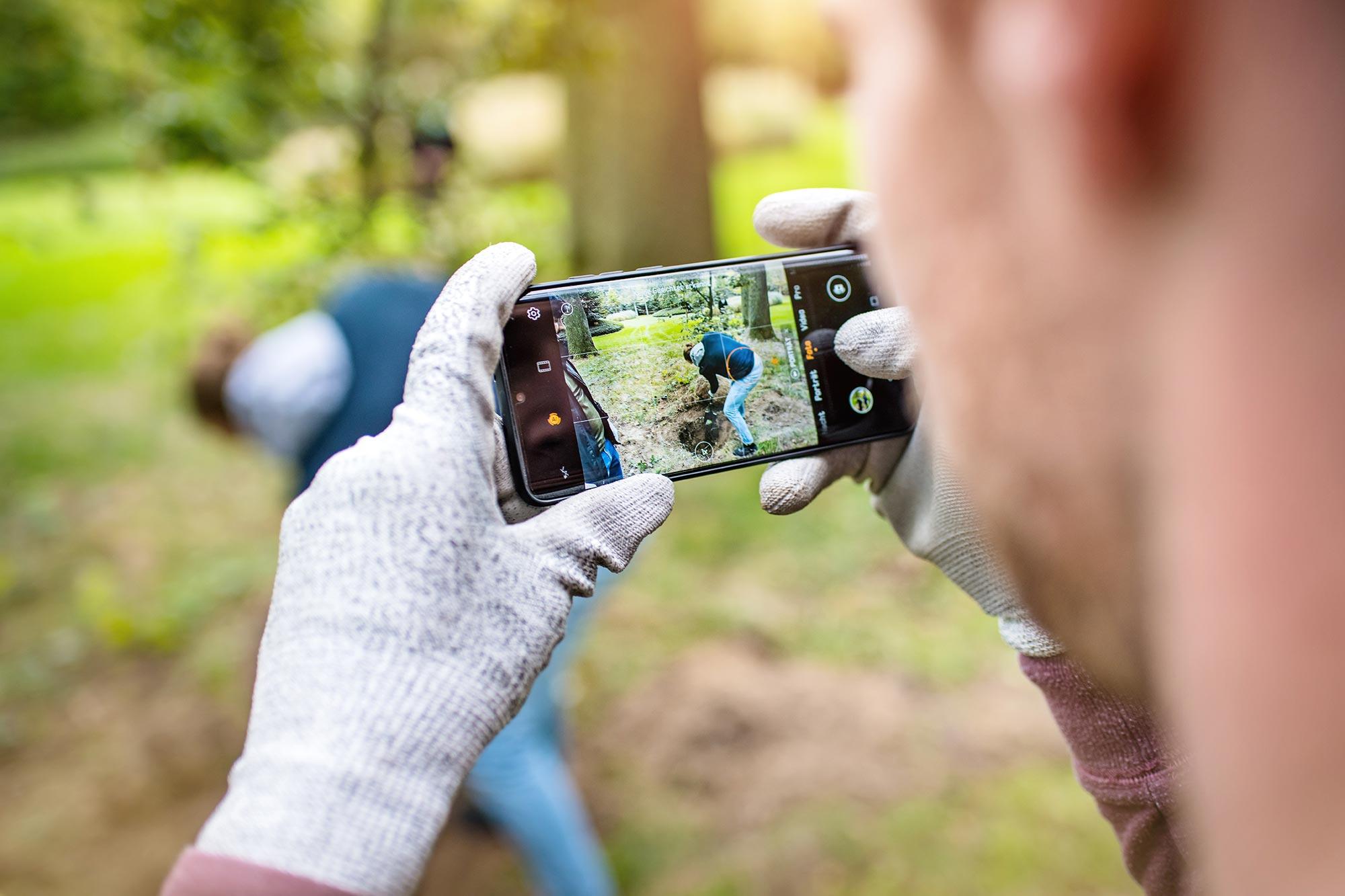 Santiago Advisors Beratungsagentur Imagemotive Baumpflanzen im Wald Project Zero Natur Smartphone