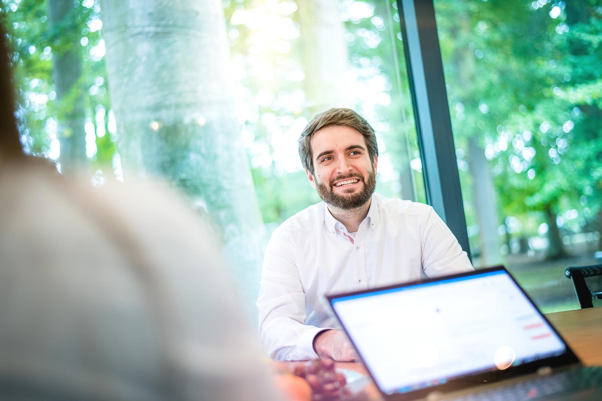 Santiago Advisors Beratungsagentur Imagemotive Businessfotografie Mitarbeiter motiviert lachend im Meetingraum