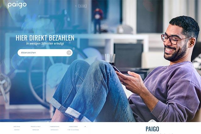 paigo-Junger-Mann-entspannt-an-der-Couch-mit-Smartphone-Hipster-Lifstyle